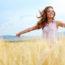 Femme heureuse dans un champs